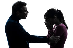 siluetta-di-consolazione-gridante-dell-uomo-della-donna-delle-coppie-49404484